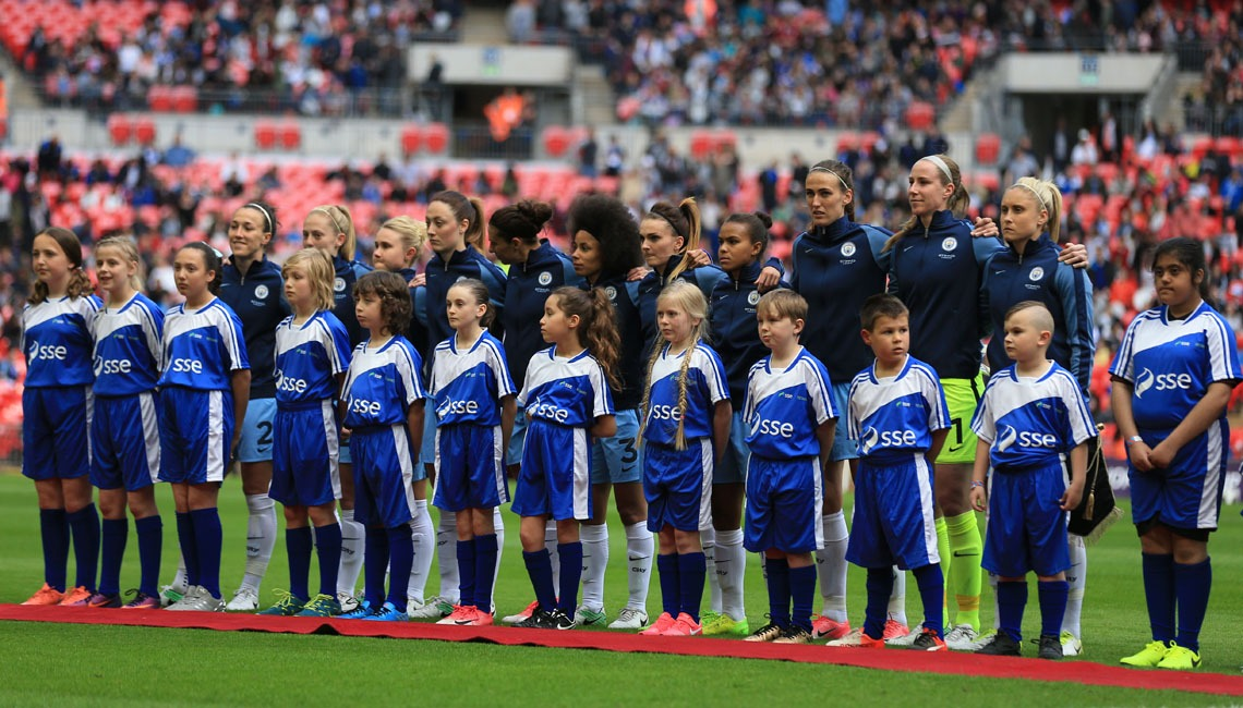 The Manchester City Women team with SSE mascots ahead of the 2017 SSE Women's FA Cup Final.